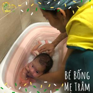 Hình ảnh của bé Bống khi đang được điều dưỡng viên của Nurse Care tắm tại nhà.